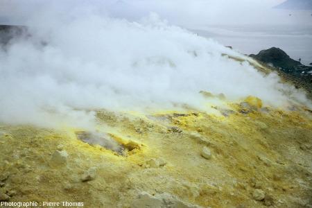 Fumerole sur le Vulcano (Iles Éoliennes, Italie) avec d'importants dépôts de soufre autour des points et fissures de sortie