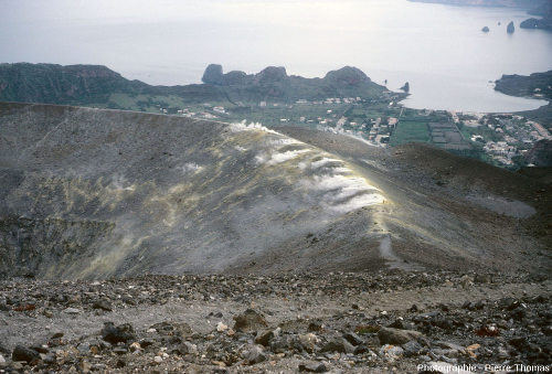 Vue sur la bordure Nord-Nord-Est du cratère de 1890 du Vulcano (Italie)