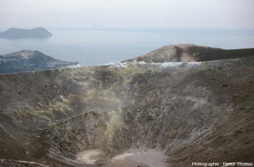 Vue sur le bord du cratère du Vulcano datant de 1890, riche en fumeroles en ce printemps 1982