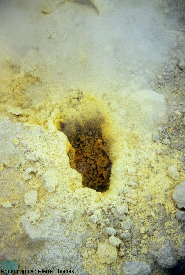 Vue globale d'un évent par où sort le mélange gazeux classique du Vulcano et dont les bords se recouvrent de soufre