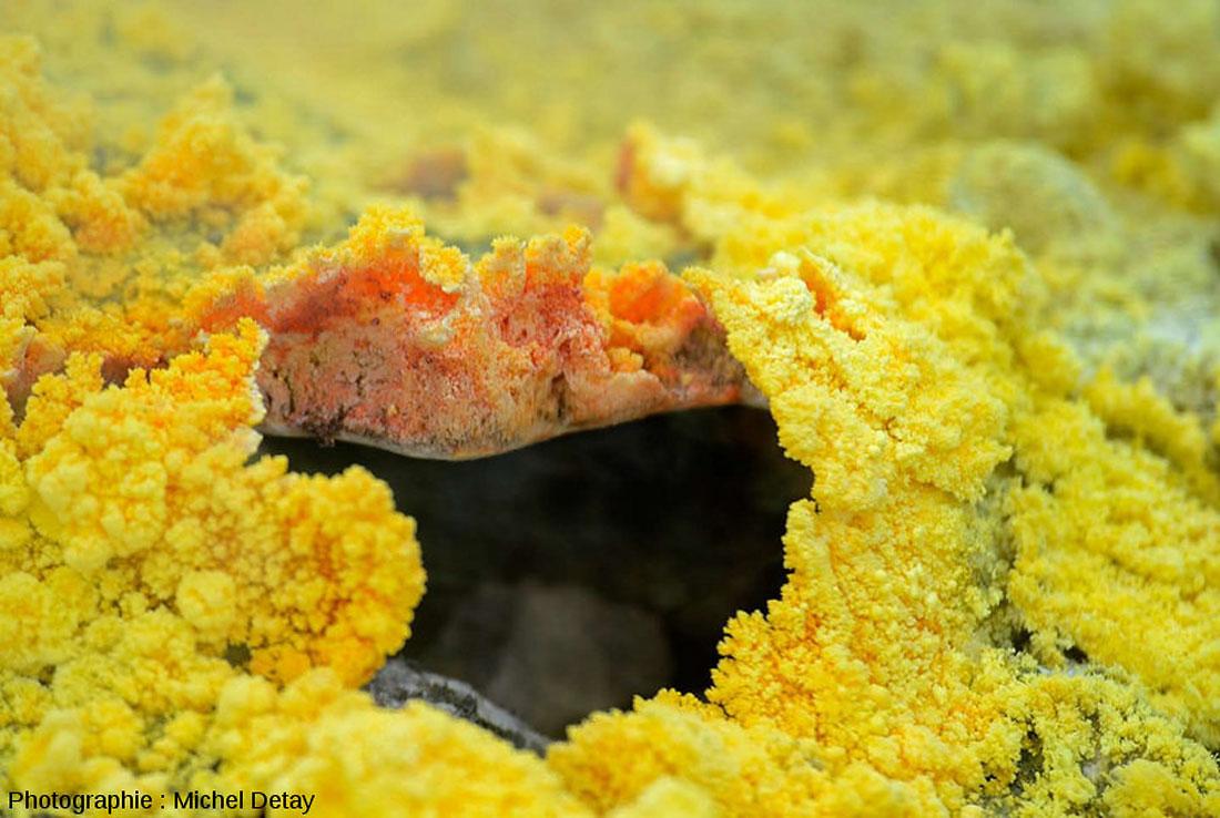 Évent entouré de soufre mais dont les parois internes ont la couleur jaune foncé-rougeâtre caractéristique du soufre β ou du soufre fondu