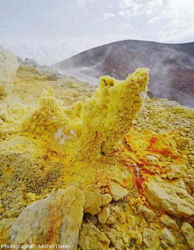 Évent entouré de soufre mais dont les dépôts ont la couleur jaune foncé-rougeâtre caractéristique du soufre β ou du soufre fondu