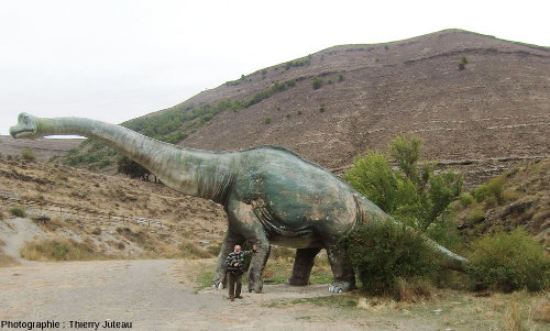 Une statue grandeur nature d'un dinosaure sauropode, La Rioja (Espagne)