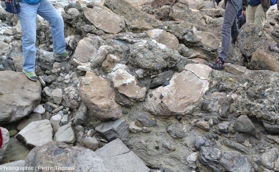 Affleurement de la brèche grossière (méga-turbidite) sur l'estran de la baie de Loya