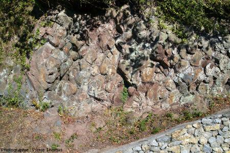 Affleurement de pillow-lavas basaltiques du Crétacé supérieur (Cénomanien, 100Ma), visible sur le bord d'une petite route à 1500m du village de Soraluze, dans le synclinal de Bilbao (Pays Basque espagnol)