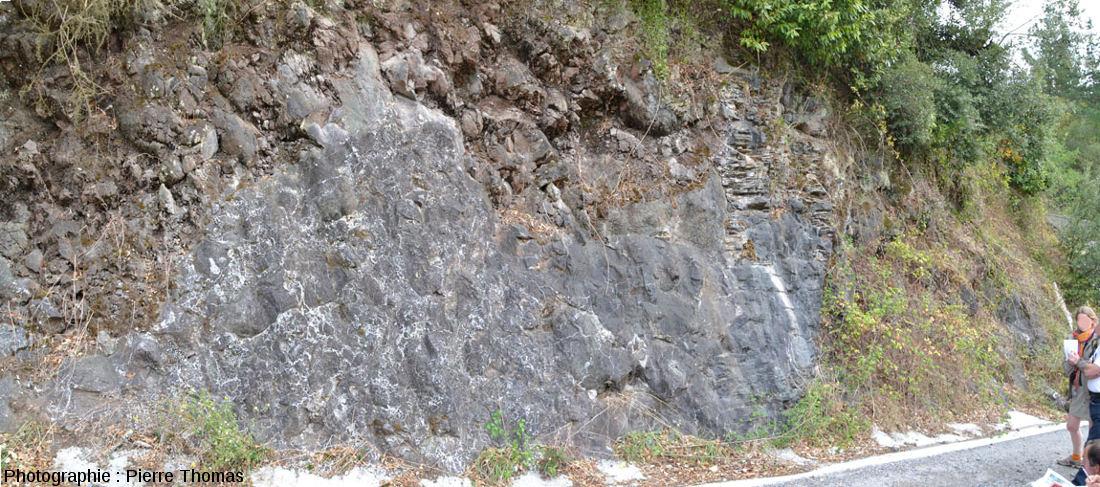 Contact entre une coulée de pillow-lavas et sa semelle bréchique, Eibar (Pays Basque espagnol)