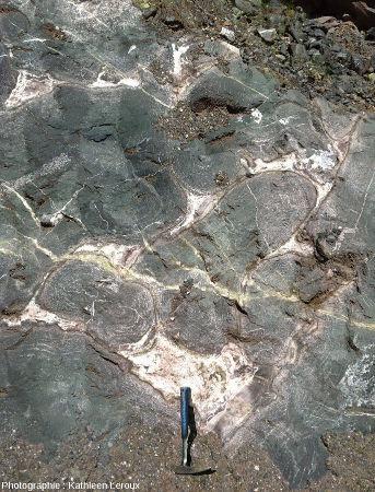 Vue élargie de l'affleurement à pillow-lavas d'Eibar (Pays Basque espagnol)
