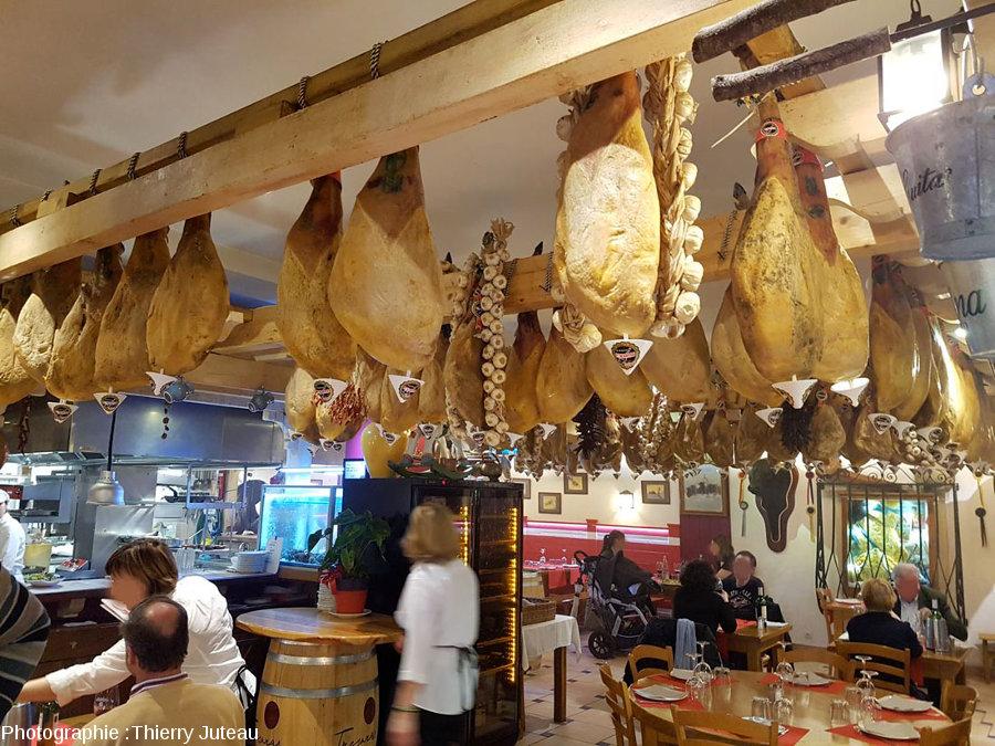 Jambons de Bayonne pendus au plafond d'un restaurant d'Hendaye