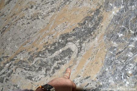 Plis (anisopaques) affectant les couches d'anhydrite, mines de Bex (canton de Vaud, Suisse)