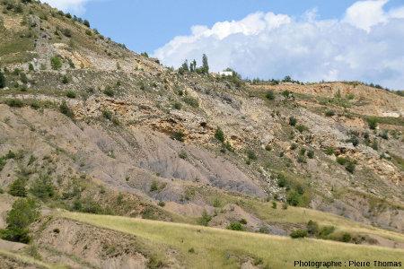 Flanc Sud du diapir de Lazer, paysage montrant le gypse plus résistant mis en relief par rapport aux marnes