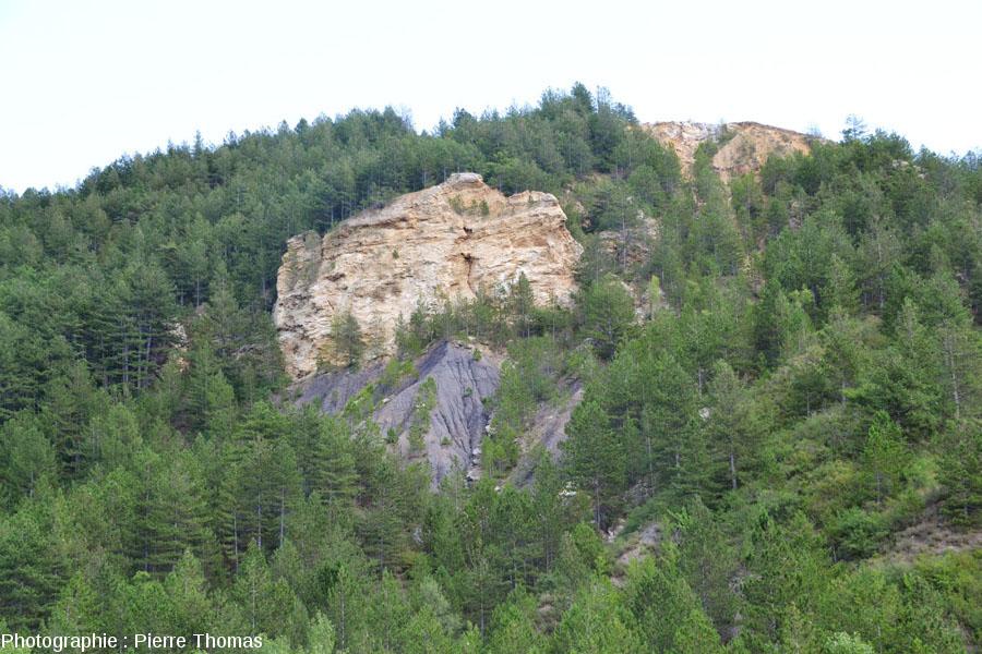 Le contact gypse triasique sur marnes noires jurassiques, sur le flanc Est du diapir de Lazer (Hautes Alpes)