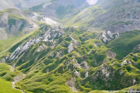 Vue sur le secteur appelé «les Gypsières» depuis le point coté 2405m sur la route montant au Col du Galibier depuis Saint Michel de Maurienne (Savoie)