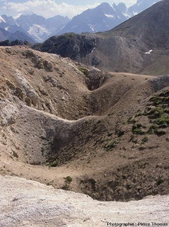Une série d'entonnoirs de dissolution affectant le gypse au Col du Galibier (Savoie)