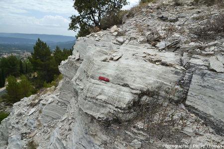 Affleurement avec rigoles de dissolution dans des couches de gypse oligocène basal, Mormoiron, Vaucluse