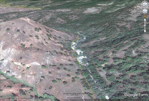 Zoom sur la frontière entre Haïti et République dominicaine montrant la différence d'intensité du ravinement et de l'érosion entre un versant boisé et un versant déboisé