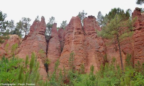 Figures d'érosion ayant raviné les anciennes carrières d'ocre de Roussillon (Vaucluse)