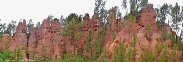 Vue globale d'un ancien front de taille, complètement raviné, dans les carrières d'ocres de Roussillon