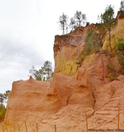 Un ancien front de taille montrant que la roche est surtout faite de sable très peu consolidé, et non de grès, Roussillon (Vaucluse)