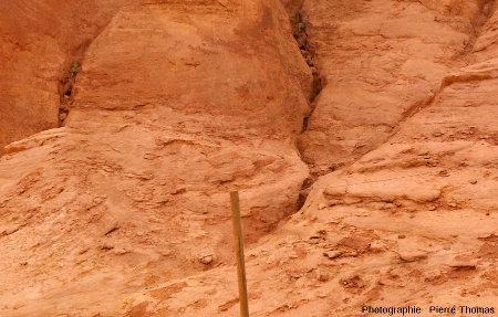 Détail d'un ancien front de taille montrant que la roche est surtout faite de sable très peu consolidé, et non de grès, ocres de Roussillon (Vaucluse)