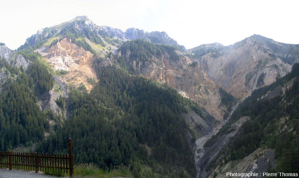 Vue générale du cirque de Bragousse (moitié droite de l'image) dans la forêt de Boscodon (Hautes Alpes)