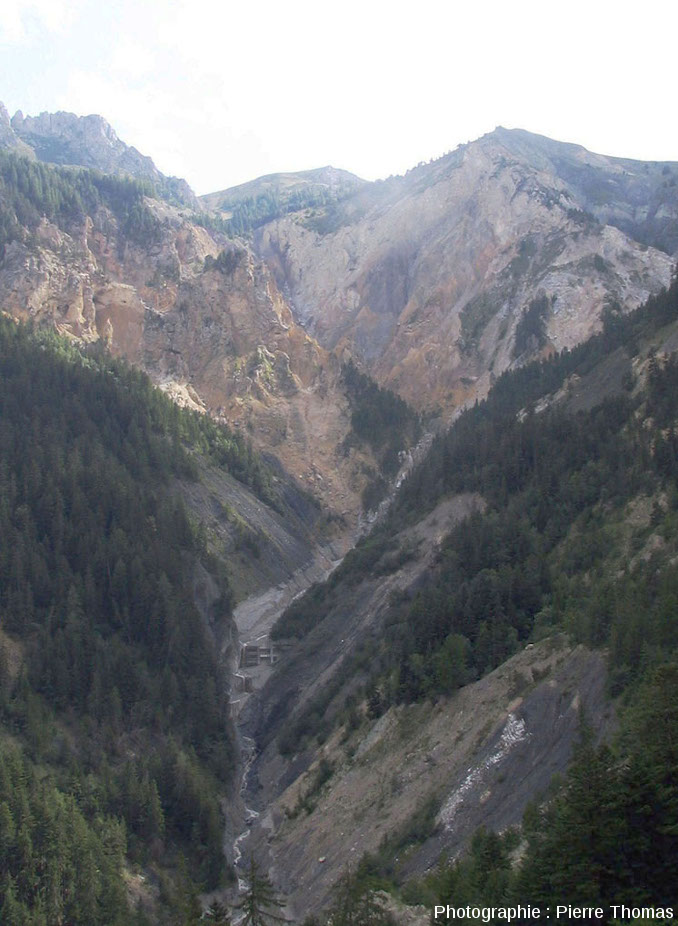 Zoom sur le cirque de Bragousse, pris depuis le belvédère de Bragousse (Huates Alpes)
