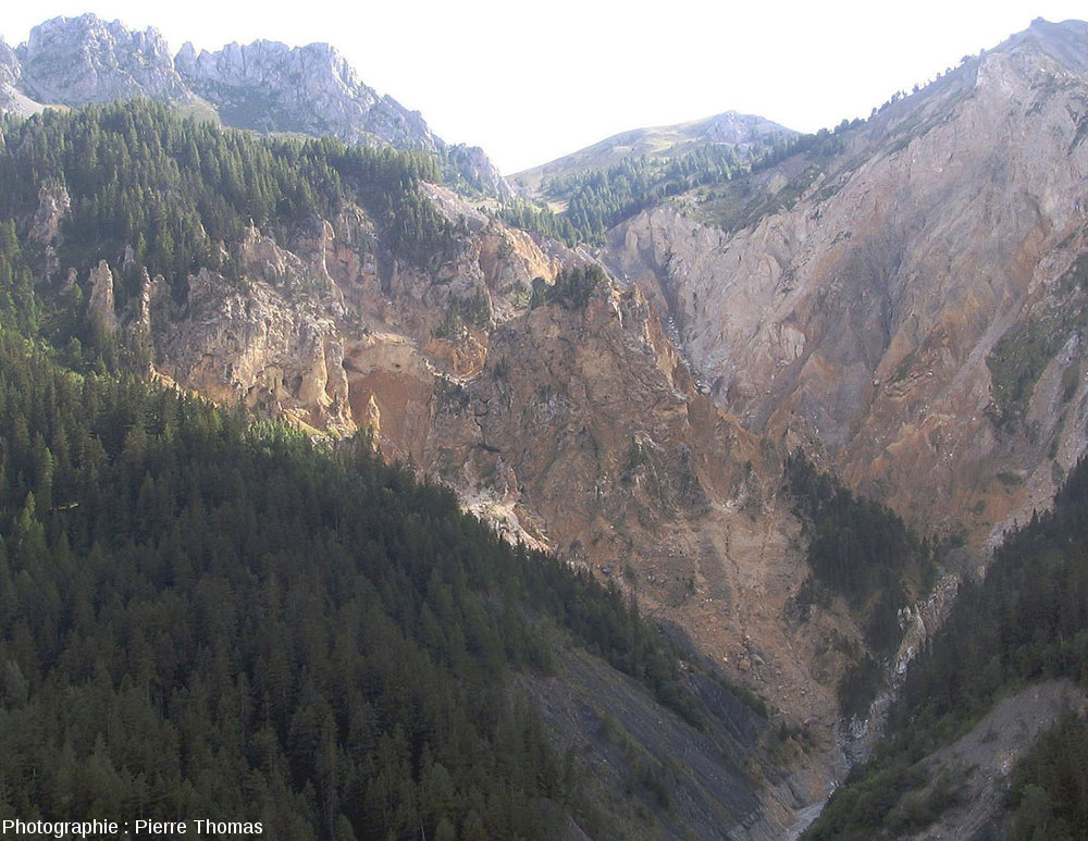 Autre zoom sur le cirque de Bragousse, pris depuis le belvédère de Bragousse (Huates Alpes)