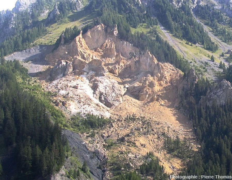 Zoom sur la zone d'arrachement et du tablier d'éboulis récents visible à gauche de la figure ci-dessus