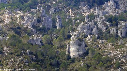 """Le """"champ de pinacles"""" du fond du cirque de Mourèze, vu d'un des sentiers montant au sommet de la montagne de Liausson"""