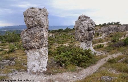 Deux rocher en forme de champignon dans le secteur des Mourres, Forcalquier (Alpes de Haute Provence)