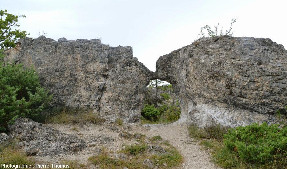 Parfois, les masses de calcaire dur se rejoignent, et l'érosion les a transformées en arche, Les Mourres, Forcalquier (Alpes de Haute Provence)