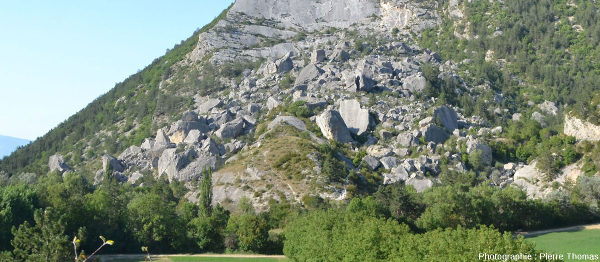 L'éboulis du Claps, d'un seul tenant dans sa partie supérieure, et divisé en deux branches dans sa partie inférieure par un éperon rocheux que l'on voit au centre de l'image