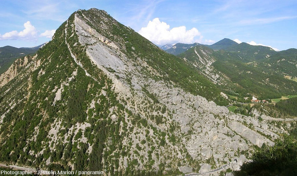 Vue d'ensemble du Pic de Luc, de la zone d'arrachement et de la masse d'éboulis du Claps, vue depuis la barre tithonique située sur la rive droite (à l'Ouest) de la Drôme