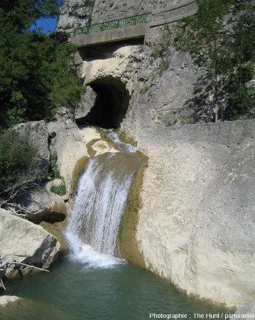 Sortie du tunnel creusé en 1804, qui a permis l'assèchement du lac amont