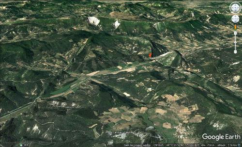 Vue aérienne de la barre tithonique à l'origine du Claps (punaise rouge), près de la terminaison périclinale du synclinal Est-Ouest de Lesches-en-Diois
