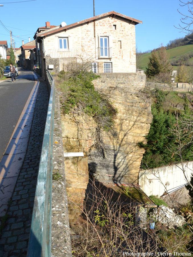 L'une des carrières de calcaire à gryphées non remblayées et à paroi non bétonnée (côté Est) vue d'en haut, depuis la rue Victor Hugo, rue centrale de Saint-Fortunat