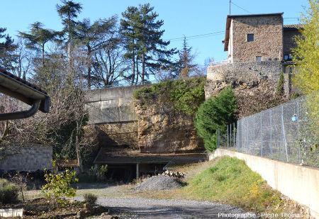 Vue d'en bas d'une carrière de calcaire çà gryphées non remblayée, la même que celle de la figure précédente, vue depuis le chemin des Gorges, Saint-Fortunat