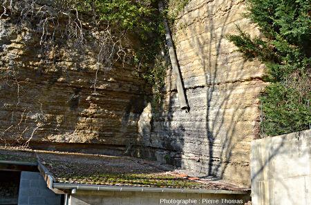 Vue d'en bas d'une carrière non remblayée, vue depuis le chemin des Gorges, Saint-Fortunat