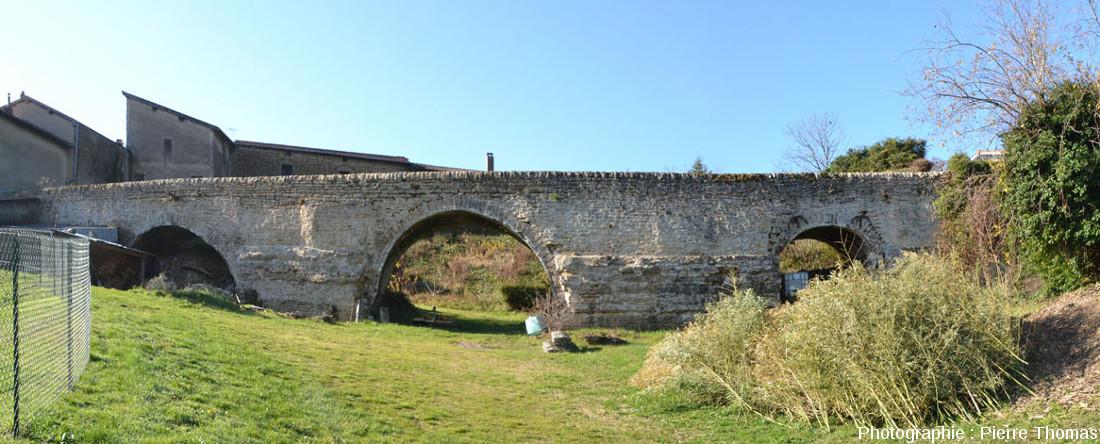 Le Pont des Carrières tel qu'il est visible depuis le bord du chemin des Gorges, Saint-Fortunat