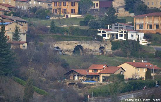 Zoom sur le Pont des Carrières, vu d'une distance d'environ 1km au SSE