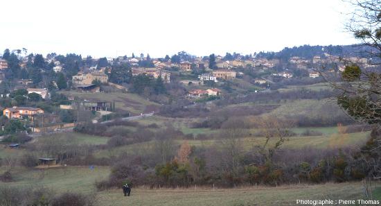 Vue générale du hameau de Saint-Fortunat et de son Pont des Carrières, vu d'une distance d'environ 1km au SSE