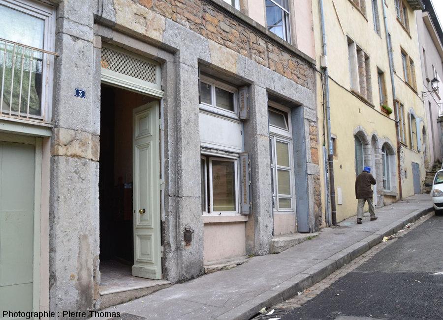Une maison du Vieux Lyon avec un montant porte bâti en calcaire à gryphées