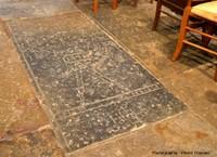 Pierres tombales en calcaire sinémurien à gryphées de maitres carriers du XVIIIème siècle