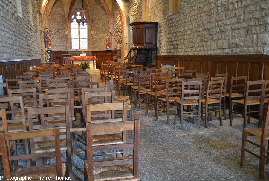 Vue sur l'emplacement d'une pierre tombale (à droite), bien visible une fois que les chaises ont été déplacées