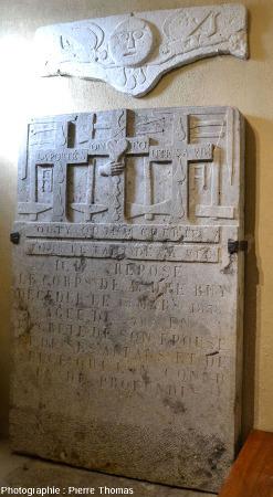 Pierre tombale datant de 1838 et rapportée récemment du vieux cimetière et déposée dans une chapelle latérale, Saint-Fortunat