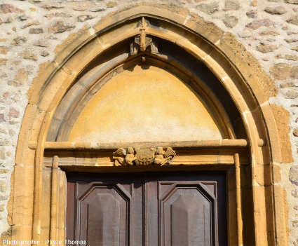 Porche de la façade de la chapelle de Saint-Fortunat