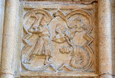 Vue globale sur le médaillon contenant une ammonite à tête de chien, cathédrale Saint-jean de Lyon