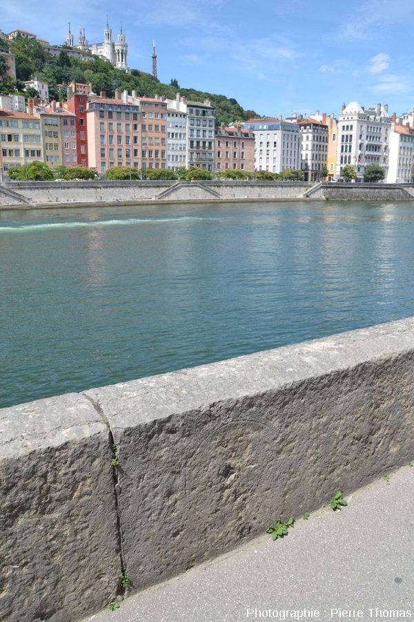 Une ammonite d'un parapet du quai Tilsitt (Lyon 2ème), construit avec des dalles verticales de calcaire bathonien (choin de Villebois)