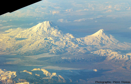 Le Mont Ararat (à gauche), 5165m, ou plus précisément le Grand Ararat également appelé Agri Dagi, et le Petit Ararat (à droite), 3925 m, photographiés d'avion en novembre 2016