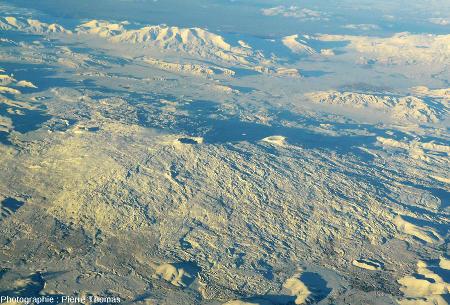 Le Tendürek Dagi, volcan bouclier fait de basalte alcalin, avec deux cratères sommitaux
