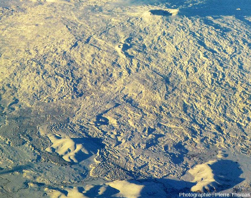 Vue de détail sur la partie Ouest du Tendürek Dagi, son cratère sommital et ses coulées basaltiques